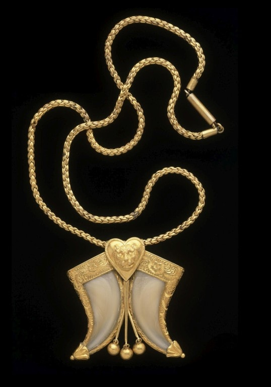 Gold tiger's claw necklace with heart pendant