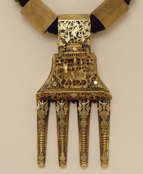 The central part of the kalathooru wedding necklace.