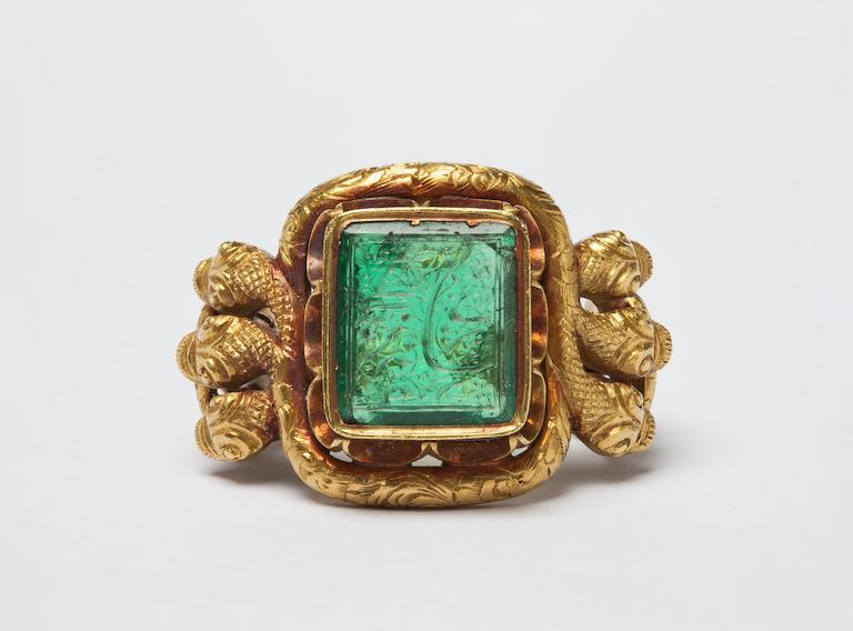 Gold and emerald ring with 6 cobras intertwined on the side. © Victoria and Albert Museum, London.