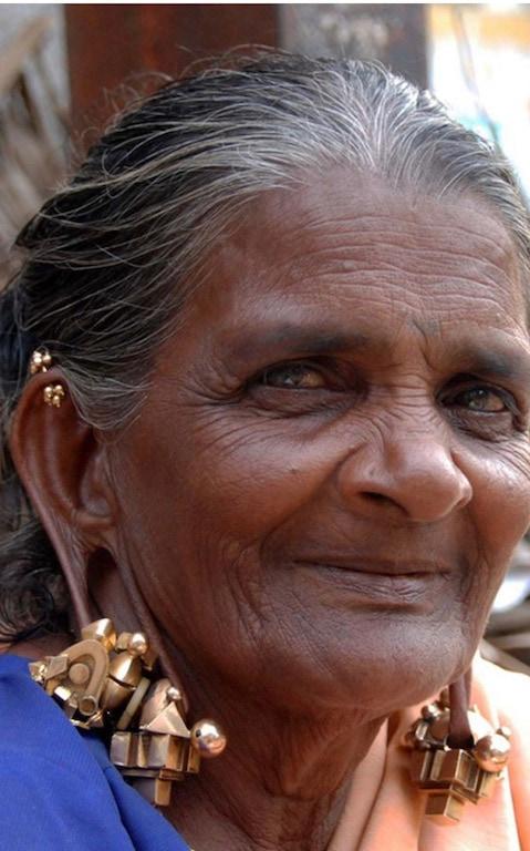 Woman wearing a pampadam and thandatti earrings